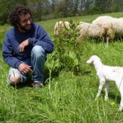 Eleveur et agneau
